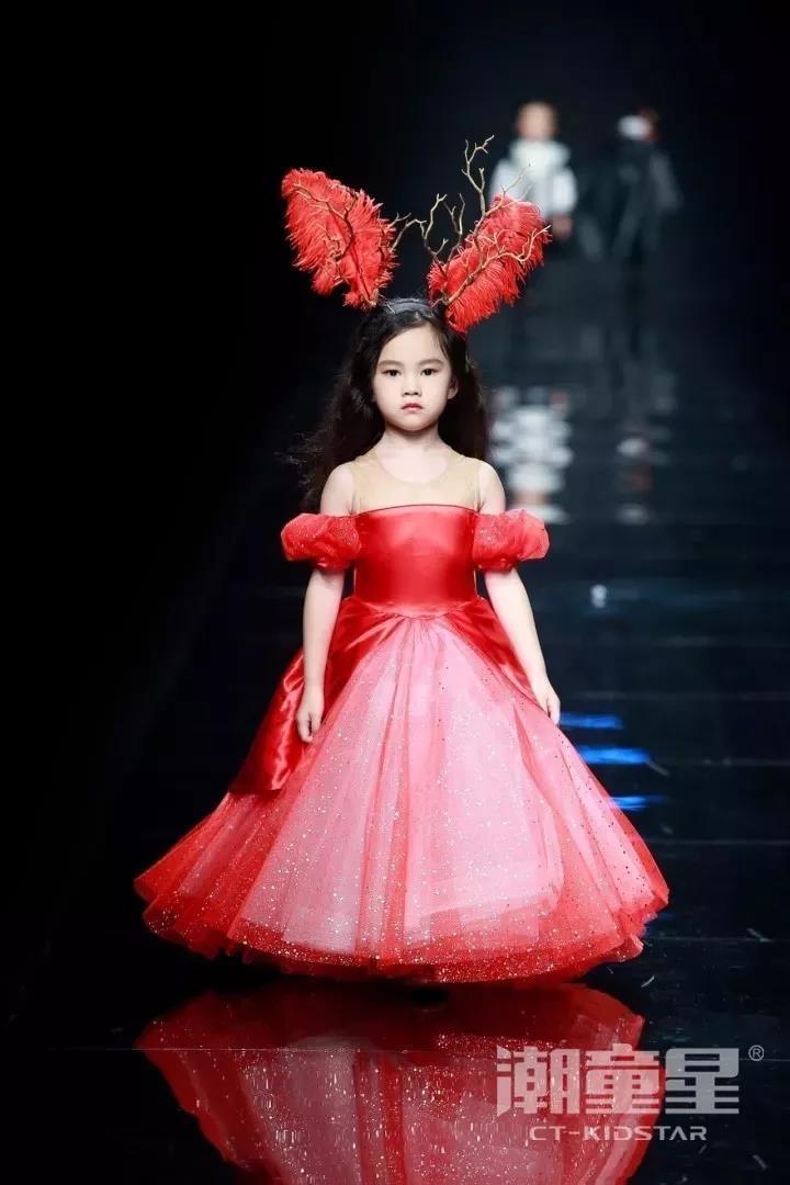 金九银十,秋日渐来之际,国内外各大时装周也是如火如荼。近日,上海时装周、杭州国际时尚周、中华定制时尚周纷纷带来了新时代童装设计作品,在各大知名童装品牌的T台秀场上更是随处可见潮童星们的身影,中国儿童时尚正呈现出立足世界的全新姿态。 接下来让我们一起来欣赏在本届各地时装周上登场的部分知名童装品牌和我们又潮又可爱的潮童星们。