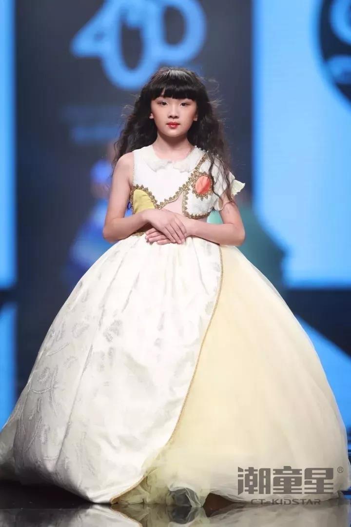 金九银十,秋日渐来之际,国内外各大时装周也是如火如荼。近日,上海时装周、杭州国际时尚周、中华定制时尚周纷纷带来了新时代童装设计作品,在各大知名童装品牌的T台秀场上更是随处可见潮童星们的身影,中国儿童时尚正呈现出立足世界的全新姿态。 接下来让我们一起来欣赏在本届各地时装周上登场的部分知名童装品牌和我们又潮又可爱的潮童星们。 2018 SS上海时装周  2018 SS上海时装周KIDS WEAR童装发布大秀于上海静安800秀拉开帷幕。在本季KIDS WEAR 童装发布专场中,莉莉日记携手潮童星给大家带来了全